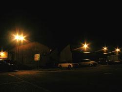 ライトアップされる倉庫