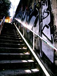階段と落書き、そして光陰