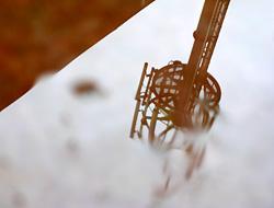水溜まりの中の電波塔