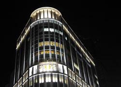 ライトアップされる日本橋三越