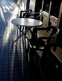 寒空の下のカフェ
