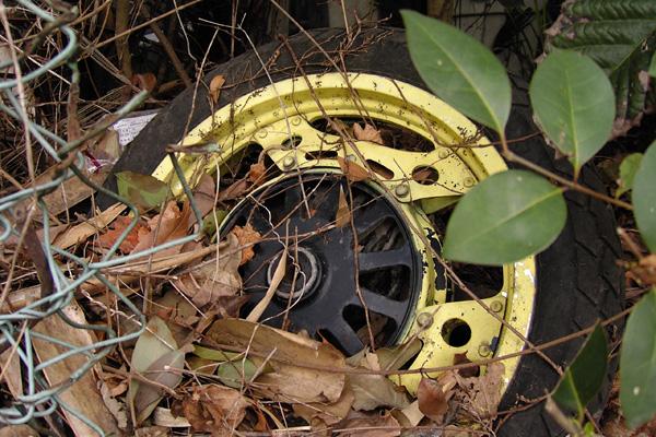 捨て去られたタイヤ